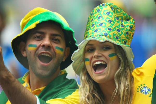 Torcedores brasileiros animados antes do jogo do Brasil