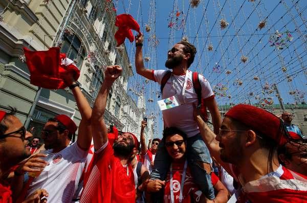 Torcedores da Tunísia fazem festa em Moscou antes do jogo contra a Bélgica