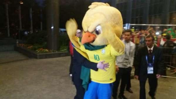 Brasil, assim como em São Petersburgo, foi recepcionado por centenas de torcedores na porta do hotel