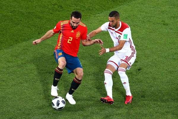 Carvajal e Ziyach disputam a bola