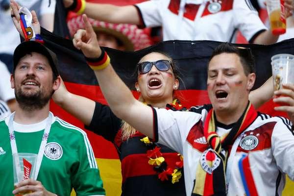 Torcedores alemães antes de Alemanha x Coreia do Sul