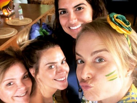 Carolina Dieckmann, com look junino, assistiu jogo do Brasil na casa de Angélica, nesta quarta-feira, 27 de junho de 2018