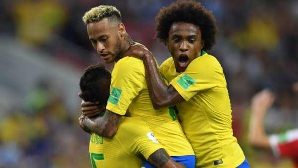 Neymar, Willian e Paulinho na comemoração do primeiro gol do Brasil