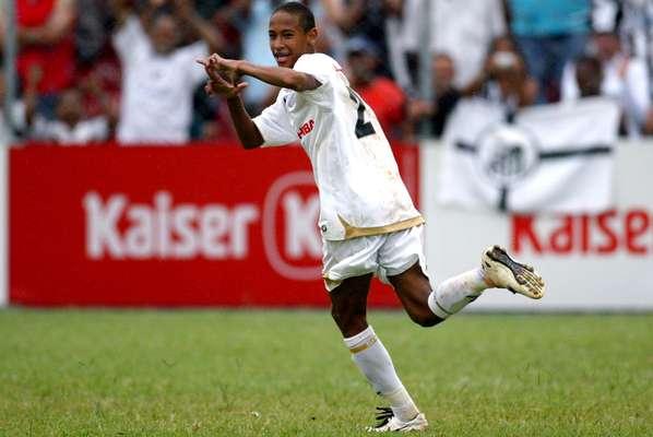 Quando começou, lá no fim de 2008, início de 2009, os fios de Neymar eram tão tímidos quanto o jogador que era promovido a profissional do Santos. O namorado de Bruna Marquezine tinha um visual que não chamava tanta a atenção. Não se pode dizer o mesmo dos seus passes, Neymar era visto como a grande joia das categorias de base do time praiano.