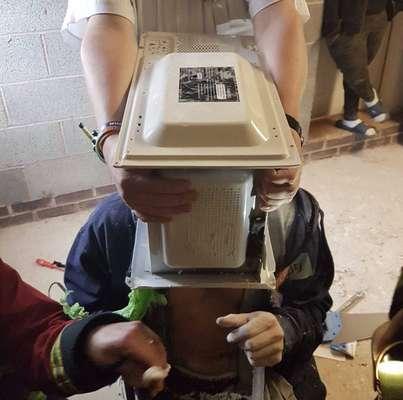 Cimentar cabeça no micro-ondas - Um jovem de 22 anos achou que seria uma ótima ideia 'cimentar' sua cabeça dentro de um micro-ondas com pasta de poliéster. Cinco bombeiros precisaram gastar cerca de uma hora de trabalho para salvá-lo. O motivo para ele ter feito isso? Um vídeo no YouTube, é claro! Leia mais aqui.