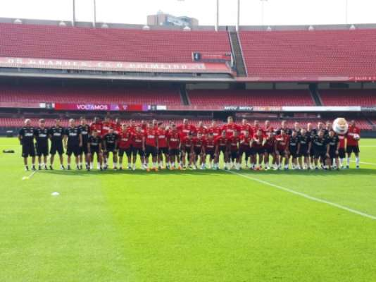 Jogadores e comissão técnica posam no gramado do Morumbi com o novo uniforme de treino do Tricolor