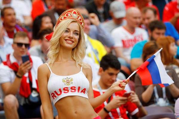 Torcedora russa na arquibancada em Espanha x Rússia
