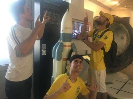 Torcedores brasileiros visitaram museu aeroespacial de Samara antes do jogo: na segunda, esperam equipe voando!