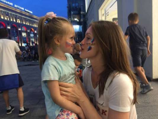Torcida da Rússia faz a festa por Moscou: mãe e filha