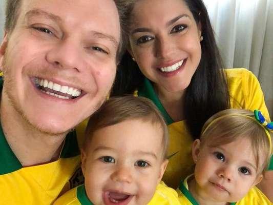 Michel Teló e Thais Fersoza mostraram os filhos, Melinda e Teodoro, com camisas da Seleção para assistir ao jogo entre Brasil e México, nesta segunda-feira, 2 de julho de 2018
