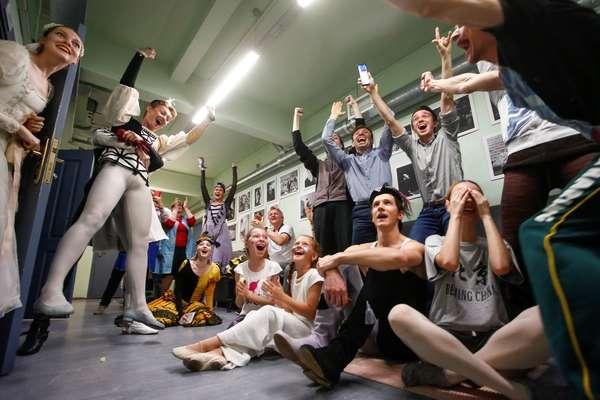 Bailarinas e soldados russos, cidades-sede, Zagreb e no estádio: a comoção de Rússia x Croácia nos dois países