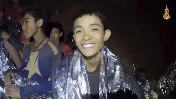"""Grupo é encontrado vivo após 10 dias isolado em caverna na Tailândia - Em um vídeo gravado na terça-feira, 11 meninos fazem uma saudação, dizem seu nome e ressaltam que estão """"bem de saúde"""""""