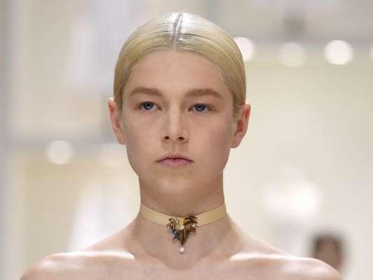 As tendências de cabelos saídas da Semana de Alta-Costura são bem diversas. No desfile da Dior, rabo baixo colado na cabeça