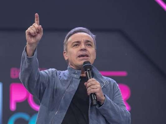 Gugu Liberato recebeu os filhos, João Augusto, de 16 anos, e as gêmeas, Sofia e Marina, de 14, nos bastidores do 'Canta Comigo'