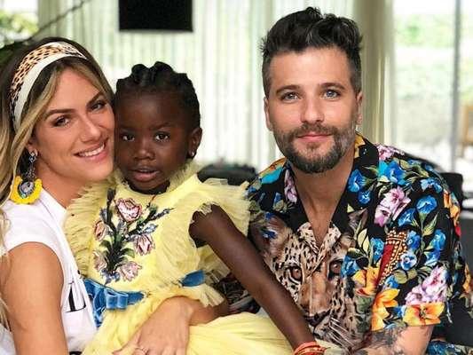 Filha de Giovanna Ewbank e Bruno Gagliasso usou um look amarelo da grife Gucci em festa de aniversário