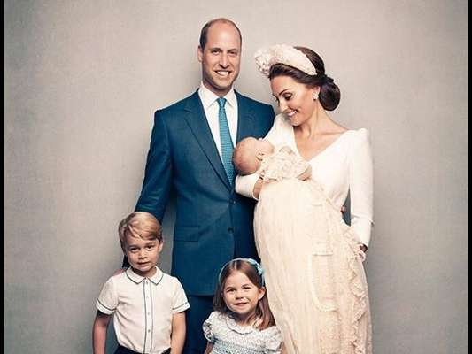 Kate Middleton surge ao lado de príncipe William e dos três filhos em fotos oficiais do batizado de Louis, em 15 de julho de 2018