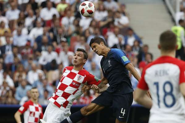 Mandzukic disputa bola com Varane na final da Copa do Mundo
