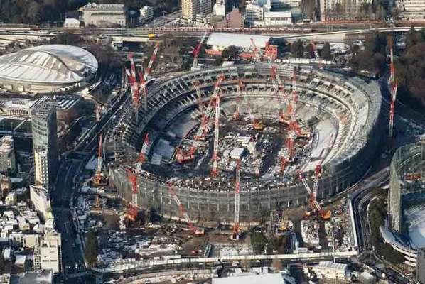 Neste dia 24, o mundo ficará a apenas dois anos da abertura da Olimpíada de Tóquio. Diversas construções para os Jogos já estão prontas, aproveitando estruturas existentes na cidade há anos. No entanto, três grandes novas instalações seguem com suas obras a todo vapor. A maior delas em construção é o Novo Estádio Olímpico, que começou a sair do zero só no fim de 2016.