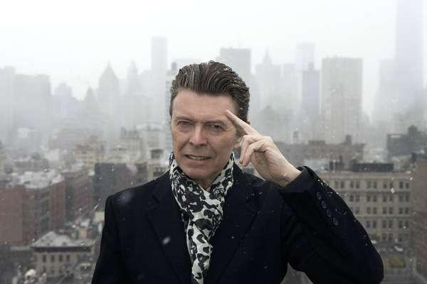 David Bowie - Nascido em 8 de janeiro de 1947, Davidi Bowie morreu em 10 de fevereiro e 2016, aos 69 anos. Relembre 15 fatos sobre o camaleão do rock, que se tornou uma lenda musical durante a década de 1970 ao usar figurinos andróginos para apresentar os hits de rock Ziggy Stardust and Space Oddity.