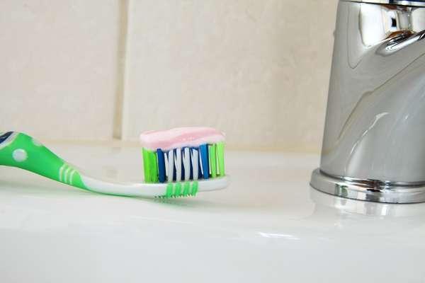 Enxaguante finaliza o processo de higienização: VERDADE! Após a escovação e o uso do fio dental, o produto encerra o processo de limpeza dos dentes. Mas não esqueça que a limpeza perfeita é só com a junção das três coisas.