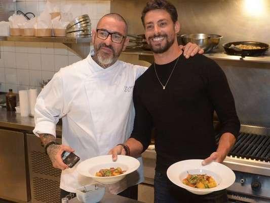 Cauã Reymond e Henrique Fogaça cozinharam juntos em um evento da grife Vivara, em São Paulo, nesta quarta-feira, 8 de agosto de 2018