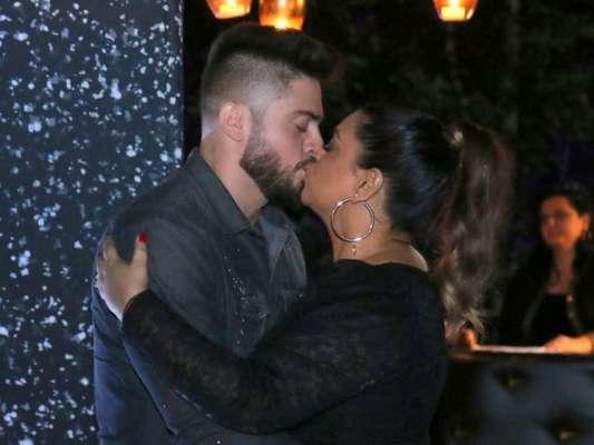 Preta Gil ganha beijo do marido, Rodrigo Godoy, em seu aniversário de 44 anos