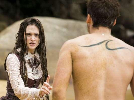 Samuca (Nicolas Prattes) leva bofetada de Marocas (Juliana Paiva) ao roubar um beijo da garota, nos próximos capítulos da novela 'O Tempo Não Para': 'Aproveitador'
