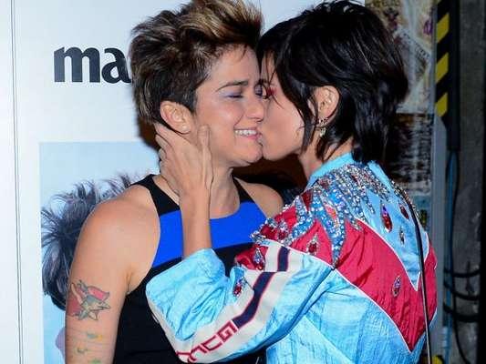 Nanda Costa e Lan Lanh trocaram beijos no lançamento da nova edição da revista 'Marie Claire', em que são capa, nesta quinta-feira, 9 de agosto de 2018