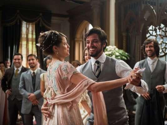 Ema (Agatha Moreira) e Ernesto (Rodrigo Simas) se casam de surpresa no capítulo de segunda-feira, 20 de agosto de 2018 da novela 'Orgulho e Paixão'
