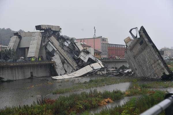 Mais de 200 bombeiros tentam resgatar vítimas de Gênova