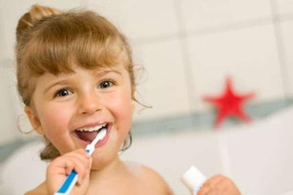 Motivação: utilize da tecnologia para mostrar vídeos dos personagens preferidos da criança também escovando o dente ou cuidando da higiene bucal. Explicar que o hábito de limpar os dentes é o melhor primeiro passo para vencer essa tarefa.