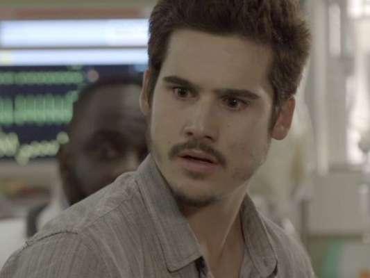 """Novela """"O Tempo Não Para"""": Emílio (João Baldasserini) vai atrás de Marocas (Juliana Paiva) e rouba um beijo da moça"""