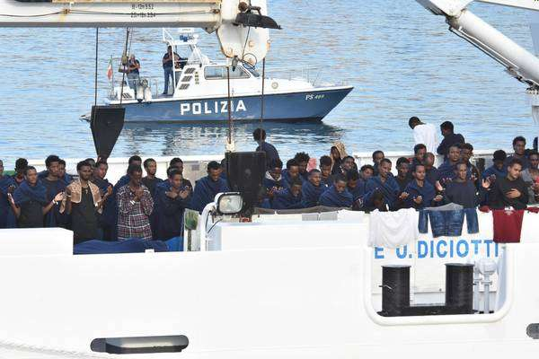 Migrantes a bordo do navio Diciotti, ancorado em Catânia