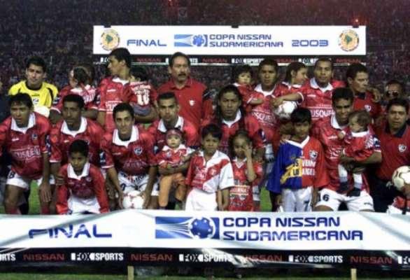2003 - O Cienciano surpreendeu o River Plate na decisão daquele ano e ficou com a taça