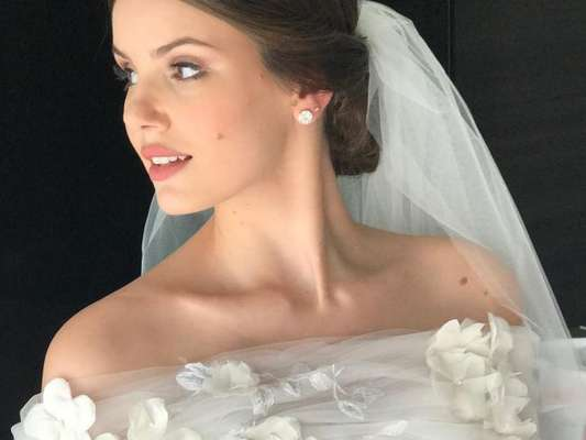 Camila Queiroz usa vestido de noiva Lethicia Bronstein no casamento com Klebber Toledo, em Jericoacoara, no Ceará, em 25 de agosto de 2018