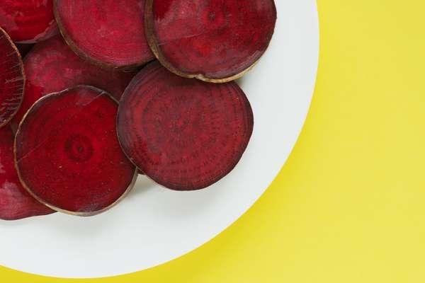 Comida: evite alimentos com pigmentação forte como açaí, blueberry e beterraba.