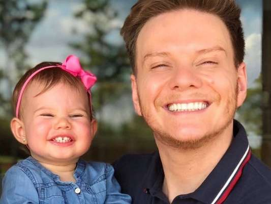 Michel Teló mostrou show de fofura da filha, Melinda, em vídeo na web