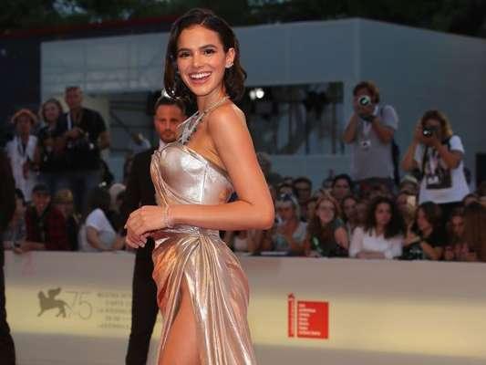 Bruna Marquezine apostou em vestido ombro a ombro com fenda profunda no Festival de Cinema em Veneza, na Itália