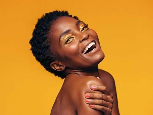O amarelo está dominando as maquiagens e se tornou tendência na indústria da moda