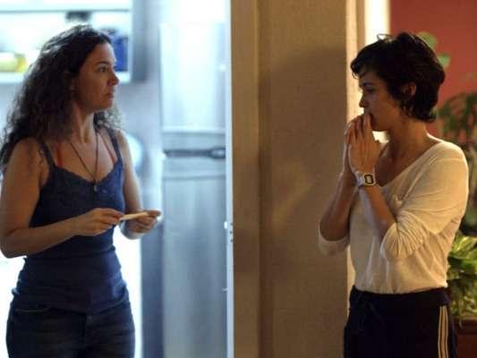 Selma (Carol Fazu) se revolta ao saber que é traída por Maura (Nanda Costa) com Ionan (Armando Babaioff) nos próximos capítulos da novela 'Segundo Sol': 'Saia da minha vida!'