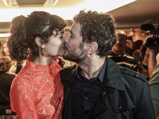 Daniel de Oliveira ganha beijo da mulher, Sophie Charlotte ao lançar o filme '10 Segundos Para Vencer'