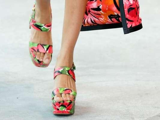 A sandália flatform estampada com cores do verão foi aposta da grife Michael Kors na Semana de Moda de Nova York 2019