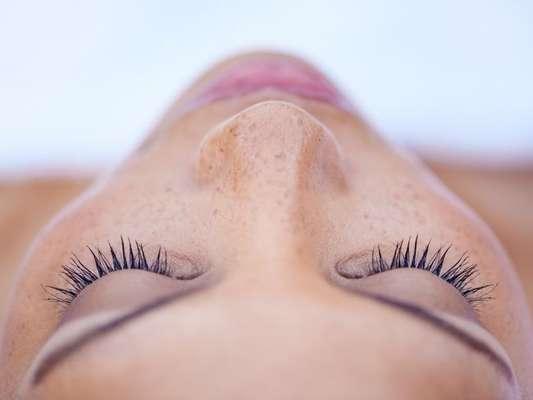 Já ouviu falar em Lash Lifting? O procedimento visa deixar os cílios alongados e volumosos sem máscara ou fios artificiais
