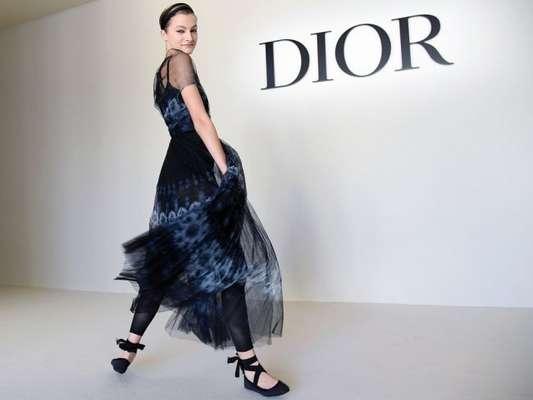 A sapatilha preta de amarração pode compor uma produção mais fashion e autêntica