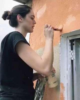 Isabelle Drummond tem uma ONG com amigos que está começando um projeto de construção de casas. Ela inclusive fez questão de participar na pintura do quarto de uma das beneficiárias.