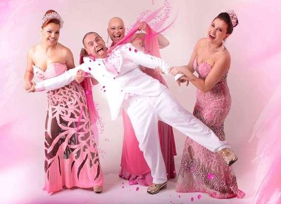 Diferentes tons de rosa foram usados nos trajes que lembram a campanha contra o câncer de mama