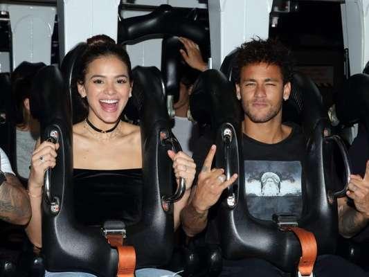 Bruna Marquezine se diverte na Disneyland Paris