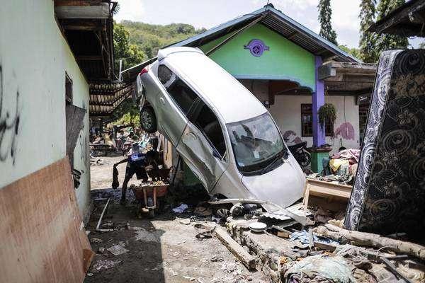 Número de mortos em tsunami na Indonésia passa de 1,4 mil