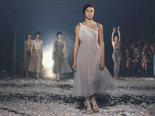 Drapeados e plissados nos looks da próxima estação: os efeitos foram superexplorados pela Dior, que levou o universo da dança para a passarela