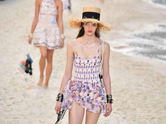 Look de praia do verão 2019: maiô e chapéu de palha na passarela da Chanel